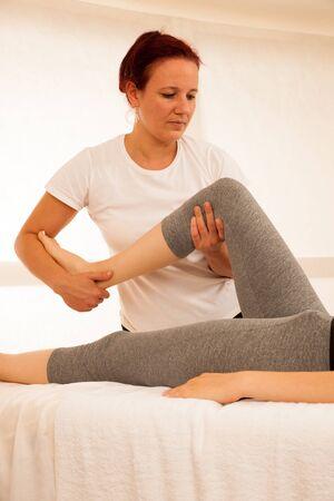 물리 치료사 - 환자와 함께 운동하는 치료사, 다리 스트레칭 작업