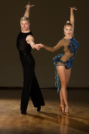 Hermosa pareja de baile latino profesional preforma danza de exhibición