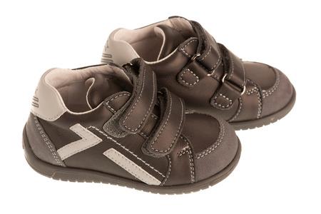 Zapatos deportivos para bebés aislados sobre fondo blanco - primeras zapatillas.