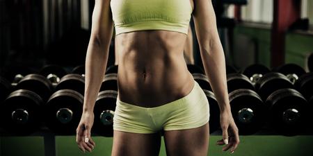 Hermosa mujer en forma trabajando en el gimnasio - chica en fitness Foto de archivo