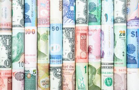 banconote euro: A sfondi con colorato di molti rotolo curreny da molti paese Archivio Fotografico