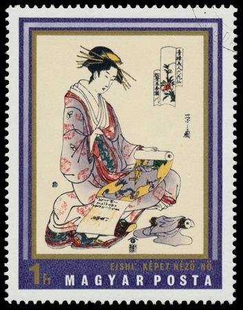 """HONGRIE - CIRCA 1971: timbre, imprimé en Hongrie montre la peinture Femme avec défilement peinture (par Yeishi), la même inscription, la série """"Empreintes japonaises du musée d'arts Asie de l'Est, Budapest"""", circa 1971 Banque d'images - 33935802"""