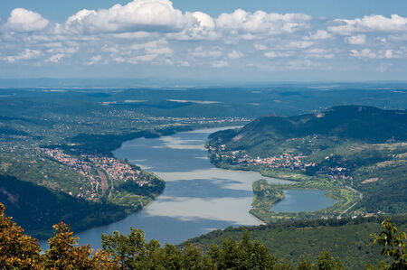 Donau bocht in de herfst in de buurt van Visegrad, Hongarije. De rivier gaat rond de berg.