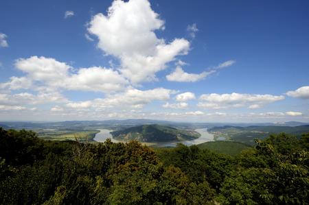 다뉴브는 헝가리의 Visegrad 근처의 가을에 굽습니다. 강이 산을 가로 지른다.