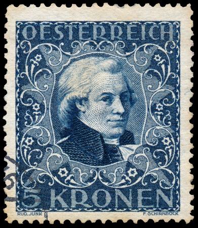 amadeus mozart: AUSTRIA - CIRCA 1922: sello impreso en Austria muestra un retrato de Wolfgang Amadeus Mozart, alrededor del a�o 1922. Editorial