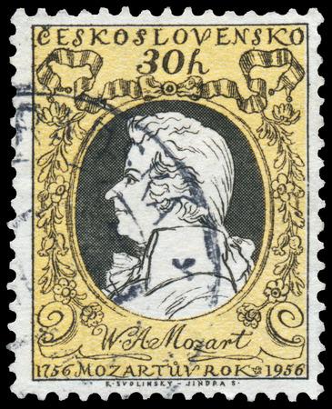 amadeus mozart: HUNGR�A - CIRCA 1956: sello impreso en Hungr�a muestra el retrato, el 200 aniversario del nacimiento de Wolfgang Amadeus Mozart, 1756-91, alrededor del a�o 1956 Editorial