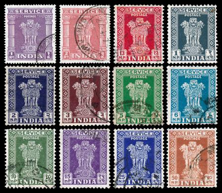 timbre postal: INDIA - alrededor de 1950: Conjunto de sellos impresos en la India muestra cuatro leones capital de la India pilar de Ashoka, alrededor de 1950. Editorial