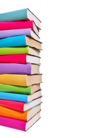 Stapel van kleurrijke boeken op witte achtergrond