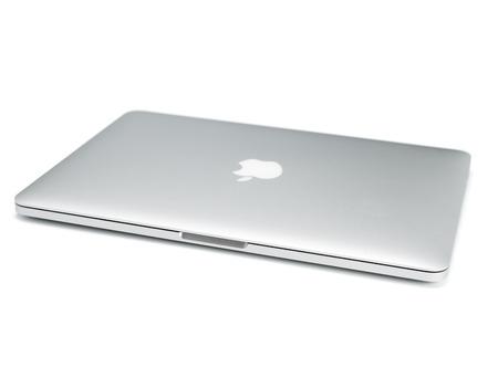 우파, 러시아 - 2014년 10월 16일 : 맥북 프로의 사진. 맥북 프로 레티는 Apple Inc.에 의해 개발 된 노트북입니다 에디토리얼