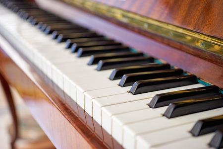 klavier: Nahaufnahme des antiken Klaviertasten und Holzmaserung
