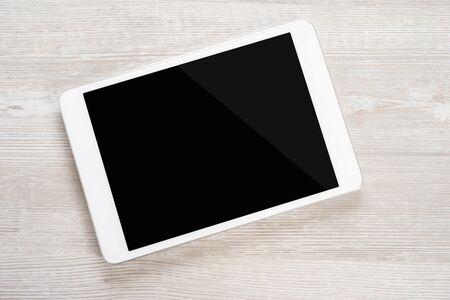 나무 테이블에 흰색 디지털 태블릿