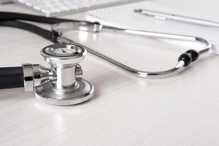 lekarz: Stetoskop na biurko lekarza z klawiatury i podkładki Zdjęcie Seryjne