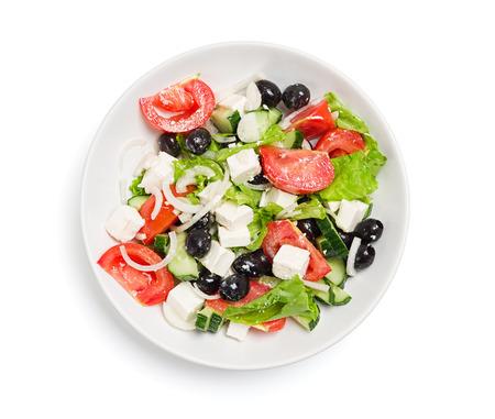 ensalada de verduras: Placa con la ensalada en una mesa blanca, aislar