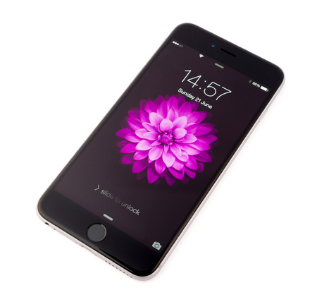apfel: UFA, Russland - 21. Juni 2015: Neues iPhone 6 Plus ist ein Smartphone von Apple Inc. Apple entwickelt löst die neue iPhone-6 Plus