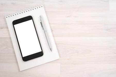 빛 배경에 노트북과 함께 격리 된 흰 스크린을 가진 스마트 폰