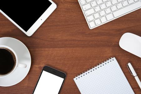 ノートブック コンピューターのキーボードとマウス、タブレット pc、スマート フォンとオフィスのテーブル