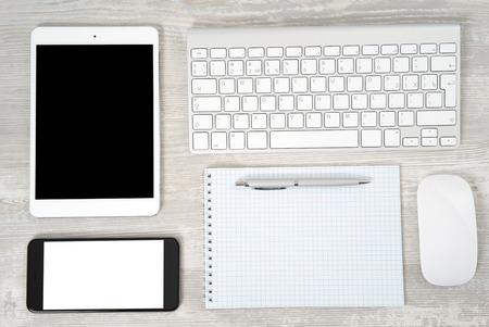myszy: Stół biurowy z notebooków, klawiatury komputera i myszki, Tablet PC i smartphone