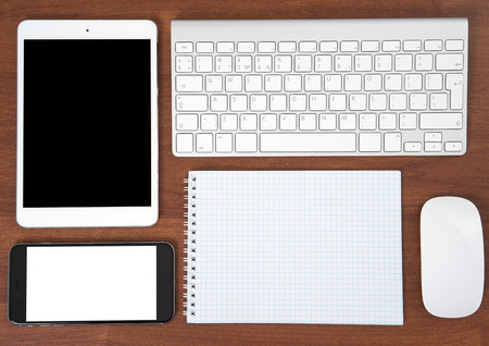 노트북, 컴퓨터 키보드와 마우스, 태블릿 PC 및 스마트 폰 사무실 테이블