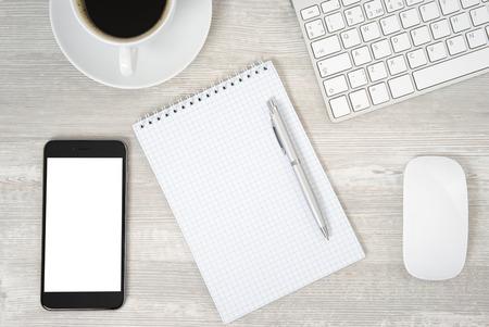 nota de papel: Vector de la oficina con el cuaderno, teclado de la computadora y el ratón, Tablet PC y el teléfono inteligente Foto de archivo