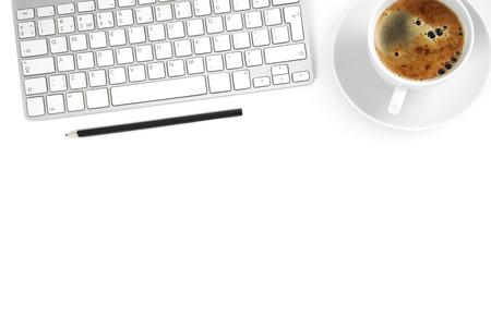 teclado: Vista superior con espacio de copia, mesa de escritorio de oficina con el ordenador, los suministros y la taza de café. Foto de archivo