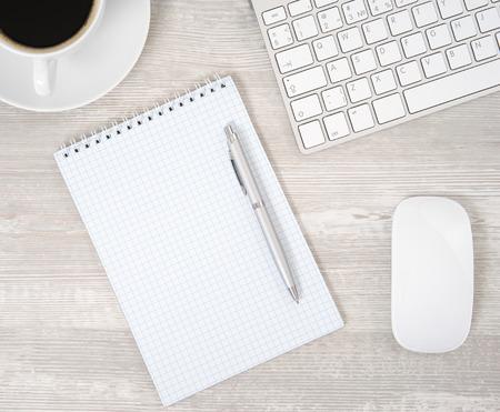 ノートブック、コンピューターのキーボードとマウスでのオフィスのテーブル