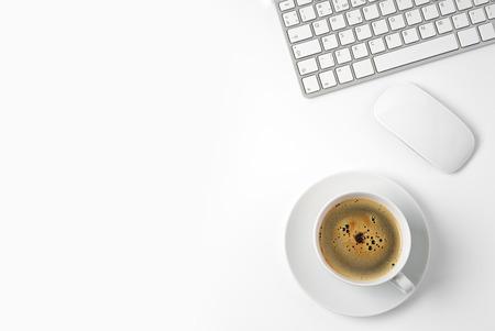 taza: Vista superior, con copia espacio, mesa de escritorio de oficina con el ordenador y la taza de caf�