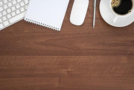 노트 패드, 키보드, 커피 컵, 복사 공간, 사무실 테이블 위에서 볼.