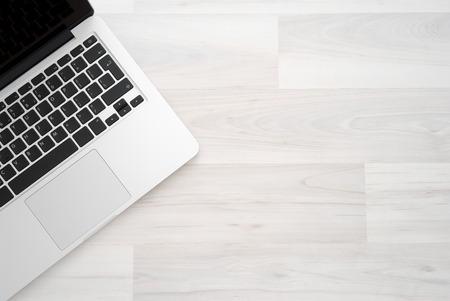 Přenosný počítač na dřevěný stůl, pohled shora copy space