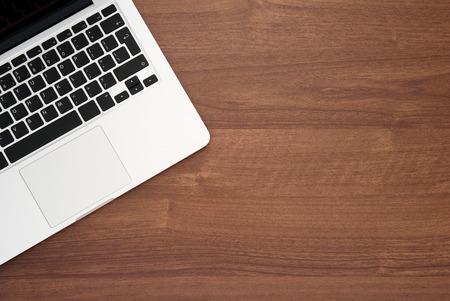 노트북 컴퓨터에서 나무 책상, 상위 뷰 복사 공간 스톡 콘텐츠