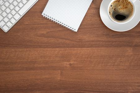 ノートブック コンピューターのキーボードとのオフィスのテーブル