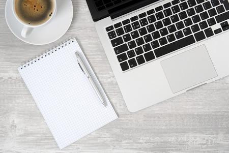 パソコン事務所とメモ帳、コーヒーで