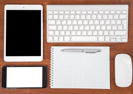 klawiatury: Stół biurowy z notebooków, klawiatury komputera i myszki, Tablet PC i smartphone