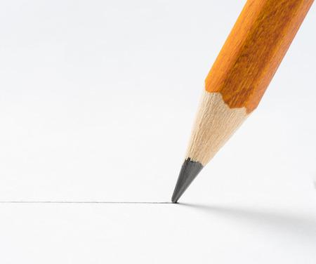 紙の白いシートにクローズ アップ鉛筆