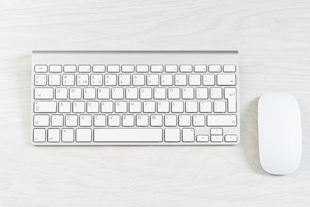 Blanc souris d'ordinateur sur le clavier
