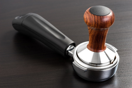 hot temper: estribos de madera y café, primer plano