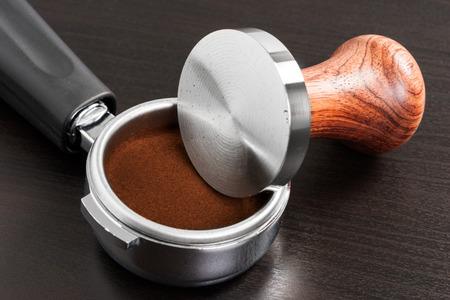 hot temper: estribos de madera y caf�, primer plano