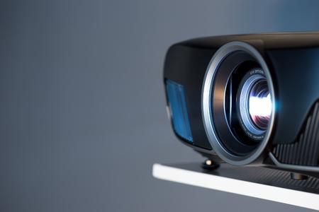 시네마 및 프리젠 테이션을위한 프로젝터의 근접 촬영 스톡 콘텐츠