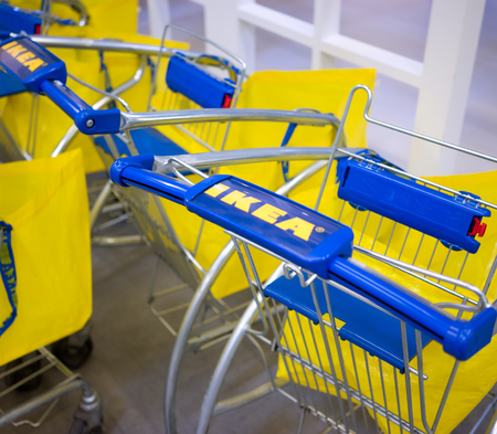 UFA, Rusland - 18 augustus 2017: Gele pakket IKEA winkel in Oefa, Rusland. IKEA werd in 1943 in Zweden opgericht en is de grootste meubelhandelaar ter wereld.