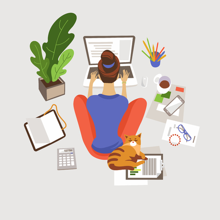 Giovane donna che lavora, studia a casa piatta illustrazione vettoriale. Lavoro a distanza, freelance. E-learning. Ragazza seduta sul pavimento e utilizzando il computer portatile. Spazio di lavoro domestico. Libero professionista con personaggio dei cartoni animati di gatto