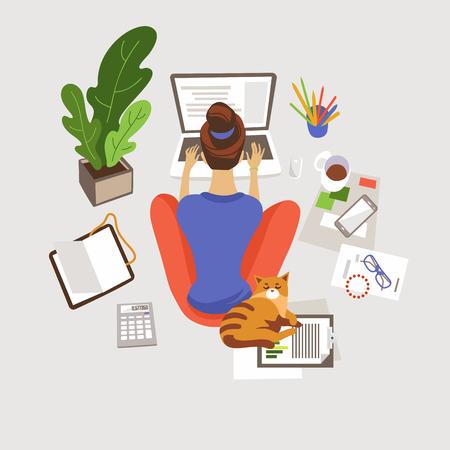 Mujer joven trabajando, estudiando en casa ilustración vectorial plana. Trabajo autónomo a distancia. Aprendizaje electrónico. Chica sentada en el suelo y usando laptop. Espacio de trabajo en casa. Freelancer con personaje de dibujos animados de gato