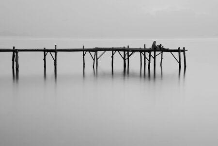 gradual: Mar puente blanco y negro de larga exposici�n t�cnica Foto de archivo