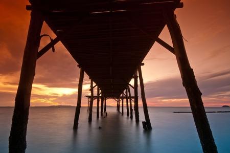 gradual: Puente de mar gradual filtro naranja durante la puesta de sol Foto de archivo