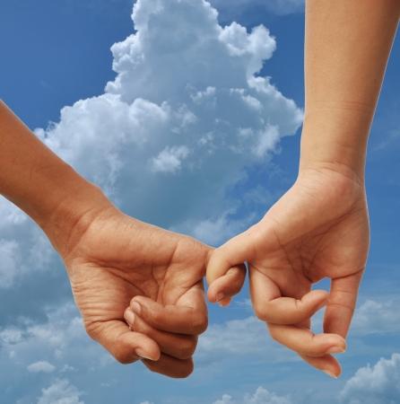 h�nde in der luft: M�nner und Frauen Zeichen der Liebe mit Bedeckter Himmel Hintergrund