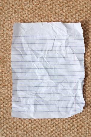 lineas verticales: �nico papel normal en blanco en segundo plano de textura de tela marr�n