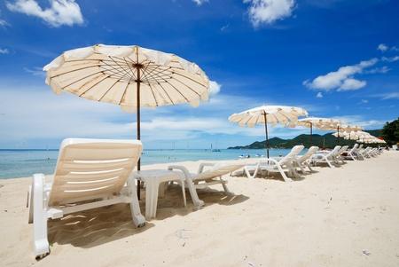 zeer mooi wit strand paraplu op mooie donker blauwe hemel