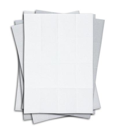 pila de papel blanco en blanco aislado sobre fondo blanco