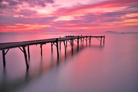 황혼의 시간에 바다 다리의 좋은 경치.