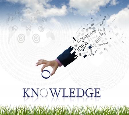 """knowledge: Kunstwerk von Hand mit der Wirtschaft """"Wissen"""" Wort mit der Natur Hintergrund."""