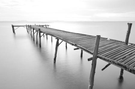 Negro y blanco Imágenes del viejo puente hacia el mar. Foto de archivo - 12520853