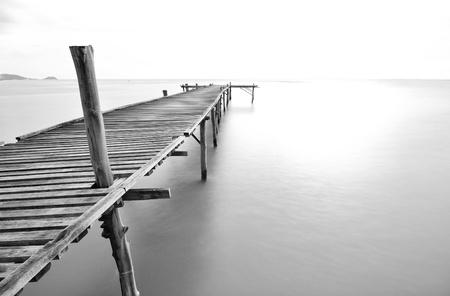 balck and white picture of old bridge to the sea. 版權商用圖片